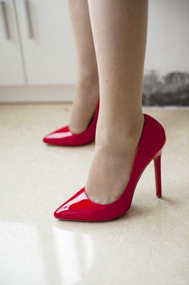 肏女人吃美脚_漂亮女人丝袜美脚,应该搭配高跟鞋 展现气质优雅
