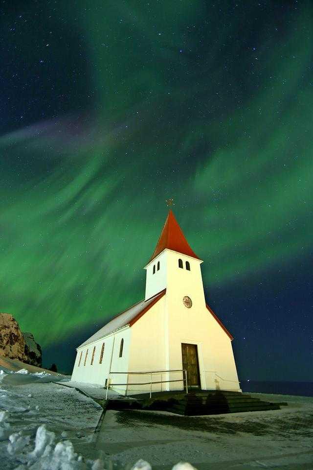 冰岛 维克镇的极光,围着小镇教堂360度拍摄