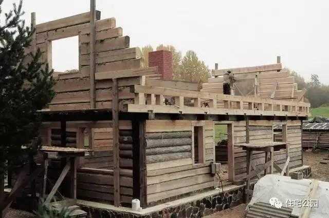 木匠直接山上砍木头 自己动手盖房全