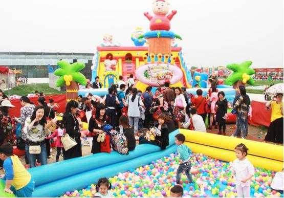 亲子乐园 (亲子乐园设置有充气城堡等儿童游乐设备.