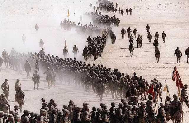 1990年11月,在伊拉克发动入侵科威特的战争后,美国第一骑兵师通过沙特