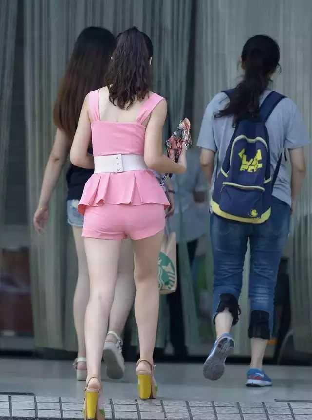 看下你的妣好吗_街拍:前面看着还行,可看到后面就不得不让人?