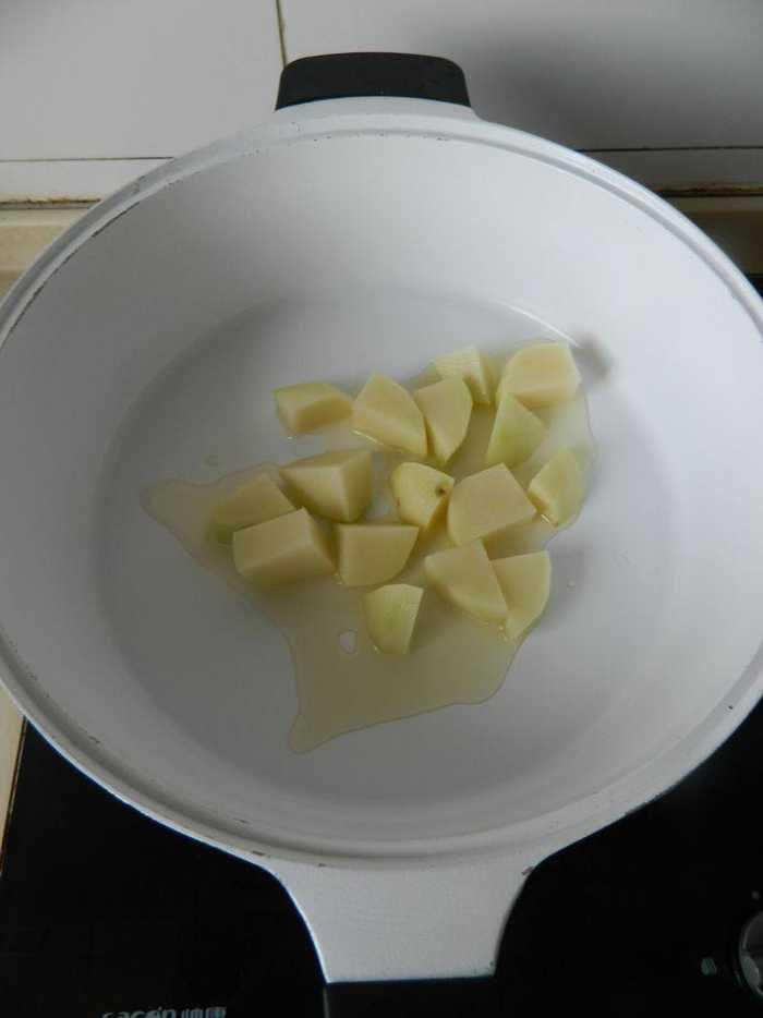 扁豆角用手掰断,土豆切块