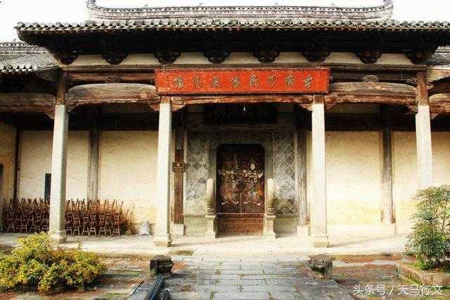 中间三间屋檐高起,是三重檐的结构.