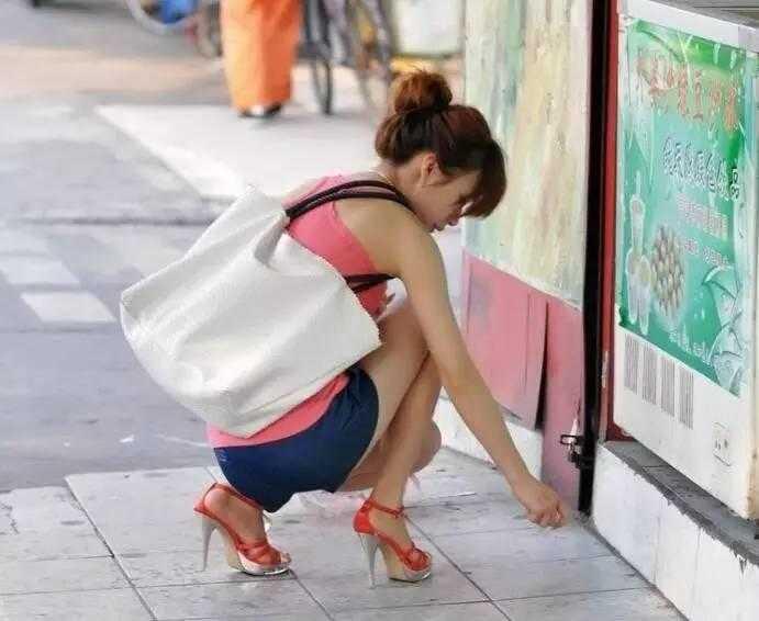 街拍时尚:清凉弯腰美女捡东西
