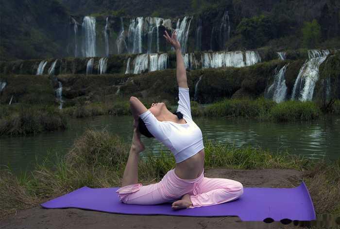 这个瑜伽体式是单腿鸽子式,也叫单腿鸽王式.图片