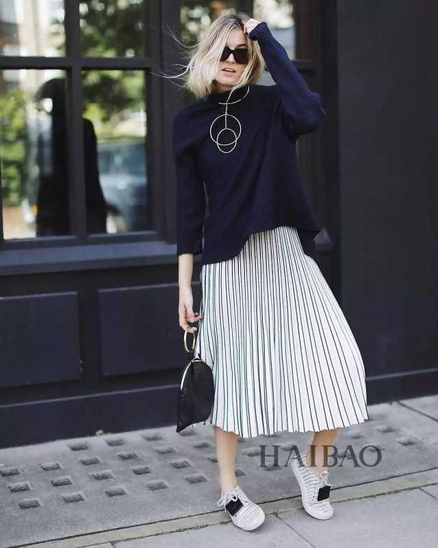 百褶裙搭配不同的高跟鞋