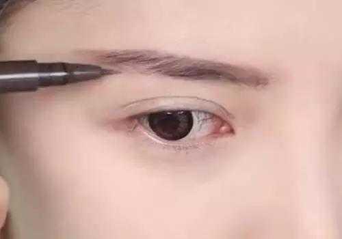 第四步骤:画眉,眉毛很重要的