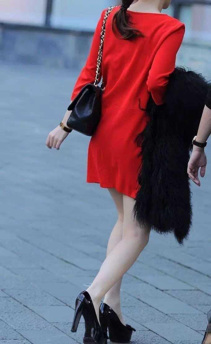 抓拍:街头红衣大美女石膏超级好气质美女腿图片