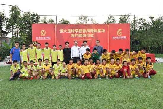 在学校足球青少年训练收费_青少年守门员训练_足球技巧:韩国小孩足球技巧训练