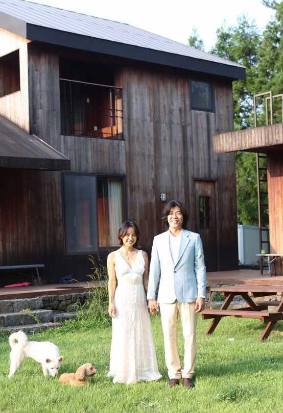 李孝利的姐姐在自己的instagram公开了李孝利与李尚顺夫妇的纪念照,并