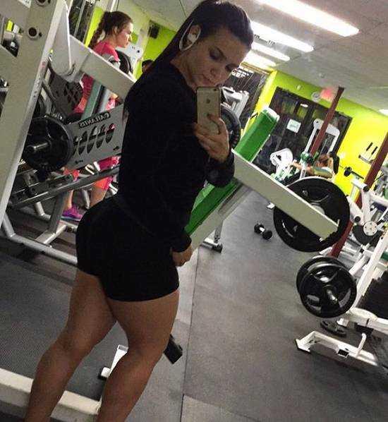 现实版春丽_现实版春丽:20岁美女模特拥有26寸粗腿,受男粉丝追捧