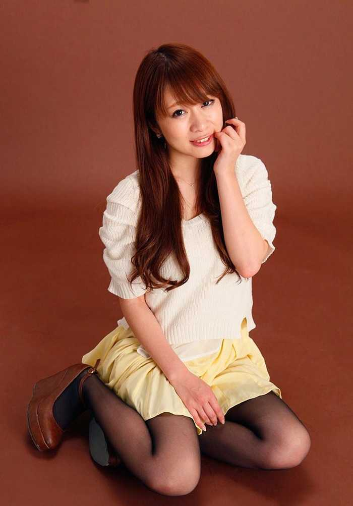 黑丝清纯日本少妇室内写真图片