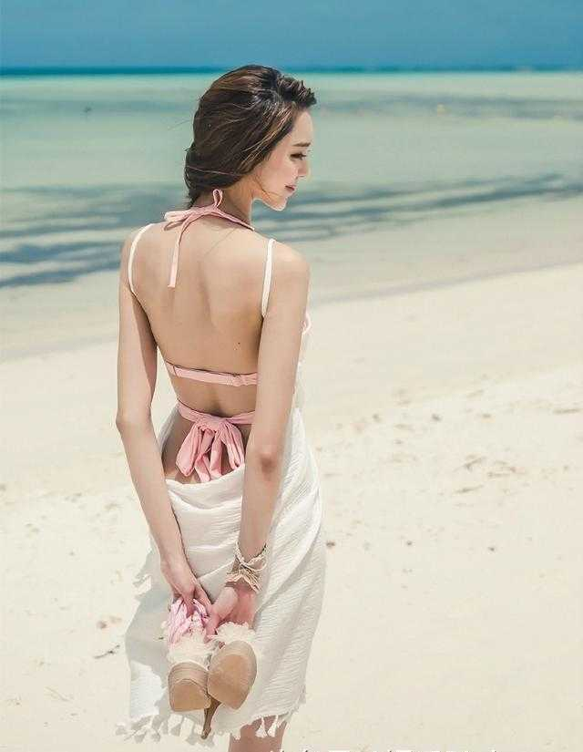 美女红穴美�_妖娆美女阳光沙滩比基尼性感美照