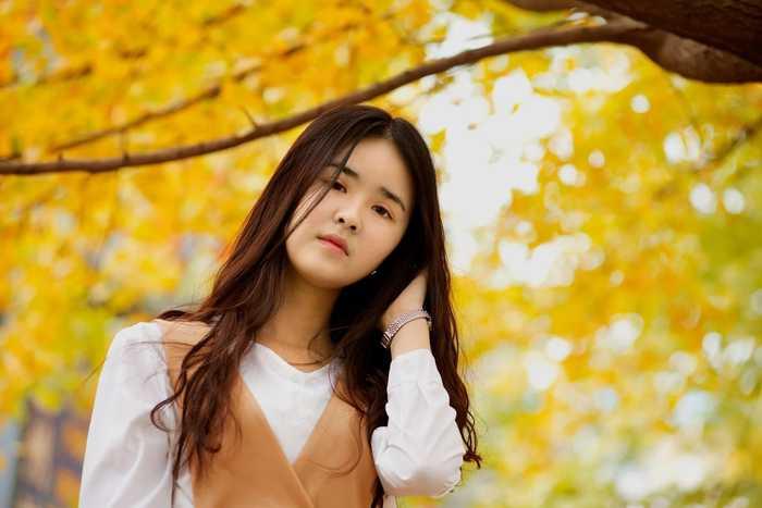校园seqing_在一片金黄色的校园里,妹子文文静静的,也许放下了相机,被别人拍摄又
