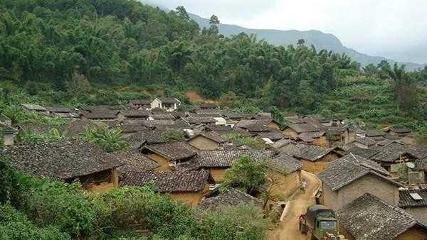 村_位于勐板乡西南边,距离勐板乡8.00公里,是忙肺村委会所在地.
