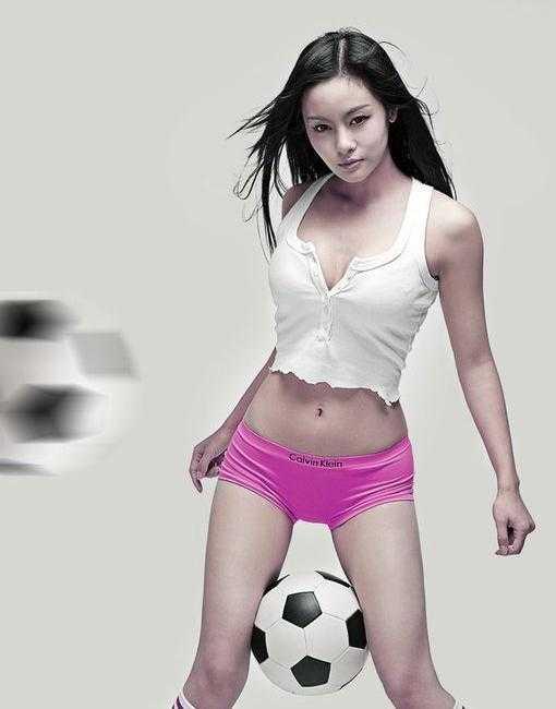 足球宝贝王冕低胸热裤拍写真-好看