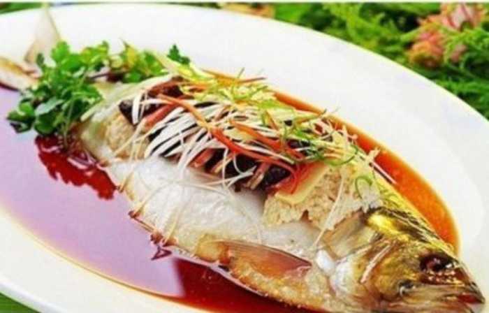 ��Ϟ�D_其中三鯠鱼形扁而长,色白为银,腹下有角鳞,多脂肪,味鲜美.