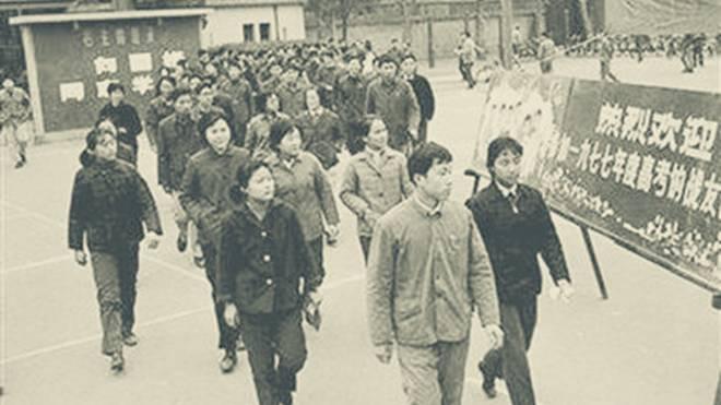 1977年,走进高考考场的人们.图片