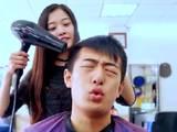 印度理发店新服务爆红网络 阿三哥的表情亮了图片