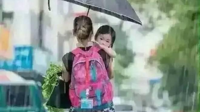 母亲为孩子撑伞简笔画