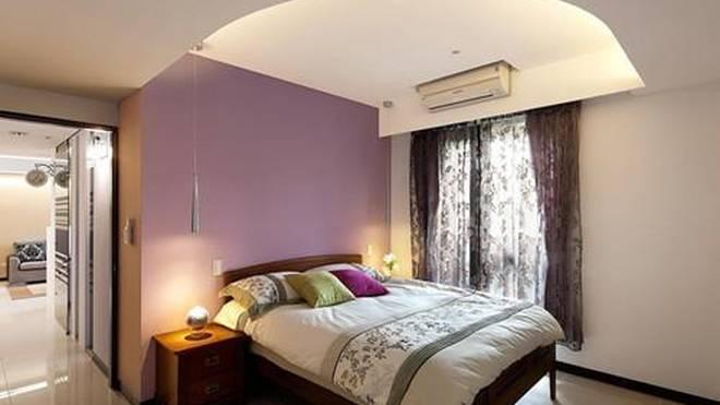 整个卧室属于欧式风格,窗边上的4根实木柱子,可以用来挂蚊帐,避免夏天
